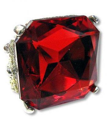 Eckiger Ring mit rubinrotem Schmuckstein