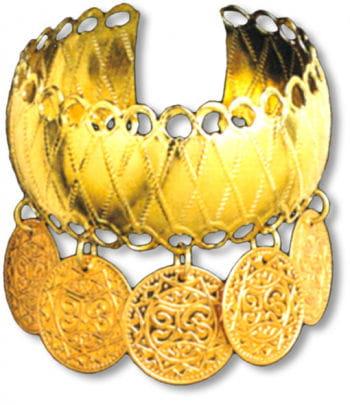 Goldener Armreif mit Münzen